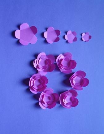 2. Вырезаем цветочки, какие вам больше нравятся.  Для придания объема нашей поделке мы выбрали вот такие цветы.